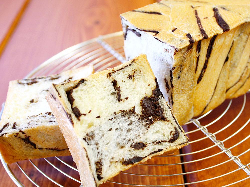 スリムショコラ食パン(シートの折り込み作業)